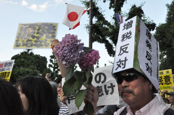 「再稼働を許してはならない」。危機感を抱いた市民が夕方、続々と押し寄せた。参加者は20万人(主催者発表)。=永田町。写真:田中撮影=