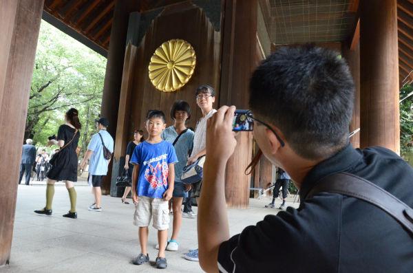 記念写真を撮影する人々が引きも切らなかった。=写真:田中撮影=