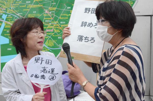 「野田(首相)は国民をナメくさって腹が立つよ」とブチまける女性(左)。=11日夕、JR津田沼駅頭。写真:諏訪撮影=