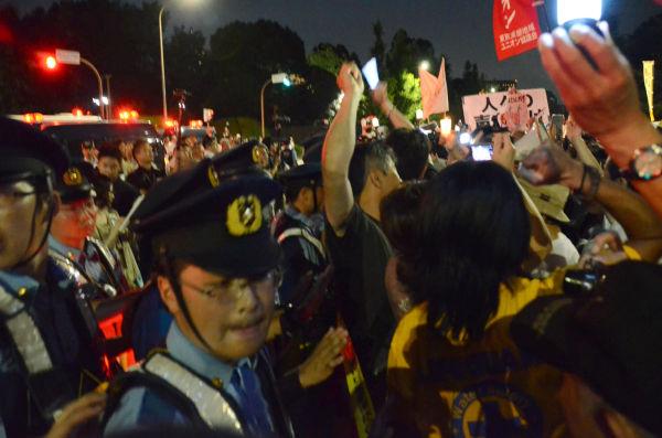 後ろからの圧力で参加者はどうしても警察のピケ線からはみ出しそうになる。=同日午後7時40分頃、国会議事堂前。写真:諏訪撮影=
