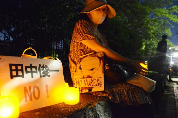 都内在住の女性は委員会人事への怒りをキャンドルの灯りで静かに表した。=同日午後7時半頃、国会議事堂前。写真:諏訪撮影=