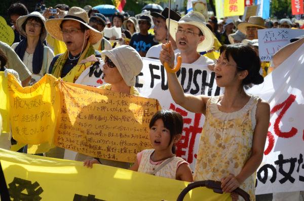 雨もあがり愛媛県庁に向けてデモ行進する参加者。親子連れが目立った。=写真:諏訪撮影=