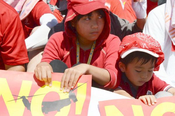 子供たちの姿も目立った。シンボルカラーの赤いシャツ、赤い帽子で参加した。=9日、宜野湾海浜公園。写真:田中撮影=