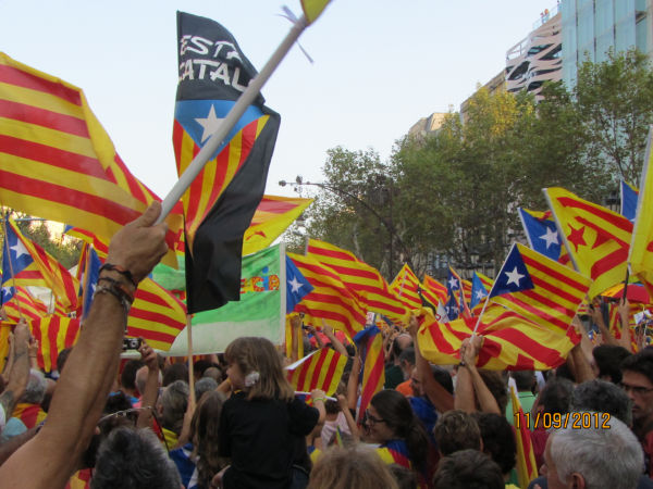通常のカタルーニャ旗(赤と黄色)に青い星があるのが、独立旗だ。撮影:アルフォンソ・モンレアル氏
