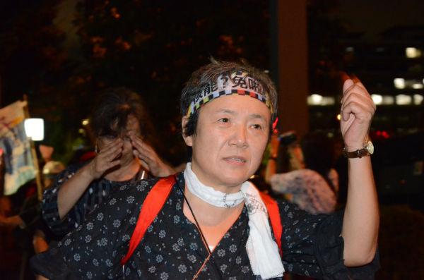 かんしょ踊り。「原発いらない福島の女たち」は、大地を蹴り拳を突き上げ怒りを表した。=写真:諏訪撮影=