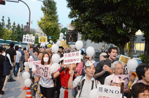 「規制委員会発足」の閣議決定から3日後、官邸前は怒りの収まらない市民で一杯になった。=永田町。写真:田中撮影=