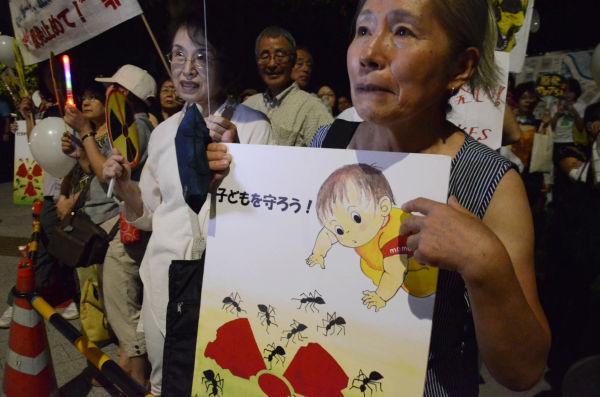 2人の孫がいるという女性(都内在住)は毎回、集会に参加する。「原子力という甘い蜜に群がる蟻は、人間を表している」と悲しそうな目で話した。=写真:諏訪撮影=