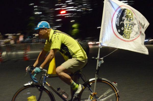 「廃炉招福」。50~60台からなる自転車部隊が、廃炉を願う旗をなびかせて国会議事堂周辺を疾走した。=国会議事堂前。写真:諏訪撮影=