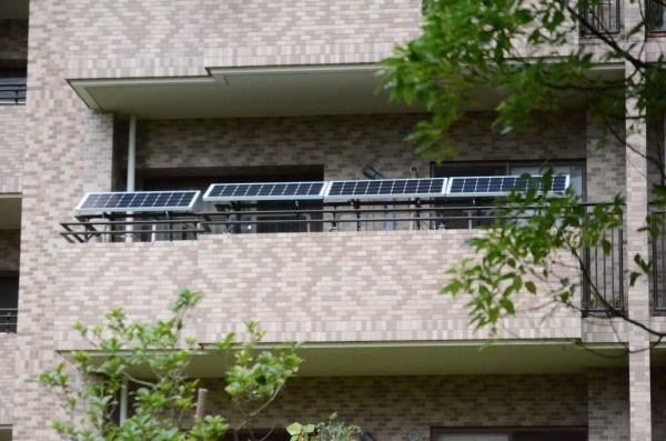 外から見たソーラー。4枚の黒いソーラーパネルがベランダに並ぶ。=写真:諏訪撮影=