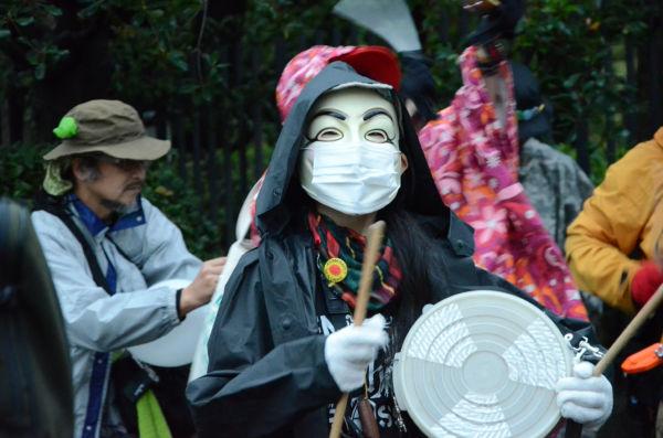 アノニマスのマスクを被った参加者。アノニマスの現れるところ独裁政権への挑戦が始まる。=写真:諏訪撮影=
