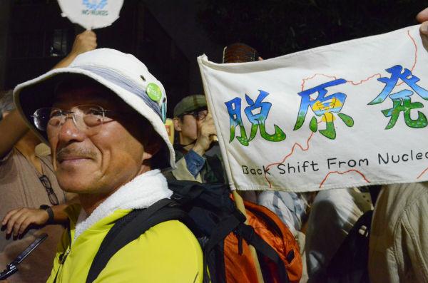 男性は「原発を止めたい一心で札幌から一ヵ月かけて歩いてきた。=28日夕、官邸前。写真:諏訪撮影=