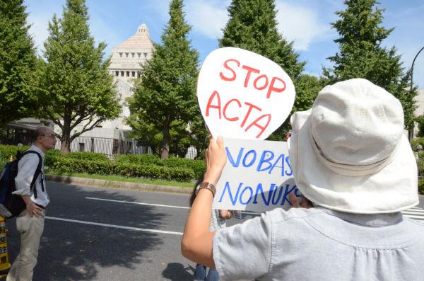 女性はACTAの採決が行われている国会に向かって同条約の危険性を訴えた。=写真:田中撮影=