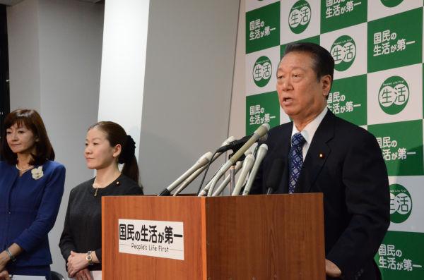 記者会見で総選挙に向けた第2次公認候補24名を発表する小沢代表。左隣はヤワラちゃんこと谷亮子議員。=23日夕、「国民の生活が第一」党本部。写真:田中撮影=