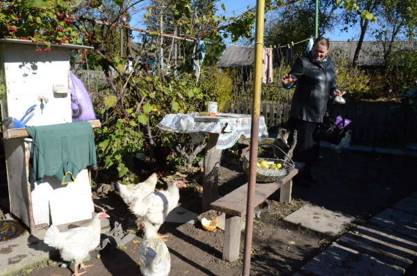 オレナさんは村に大量の放射能が降ったことを知らず、自宅の鶏が産んだ卵を食べ続けた。牛乳も野菜も。=18日、ナロジチ村。写真:田中撮影=