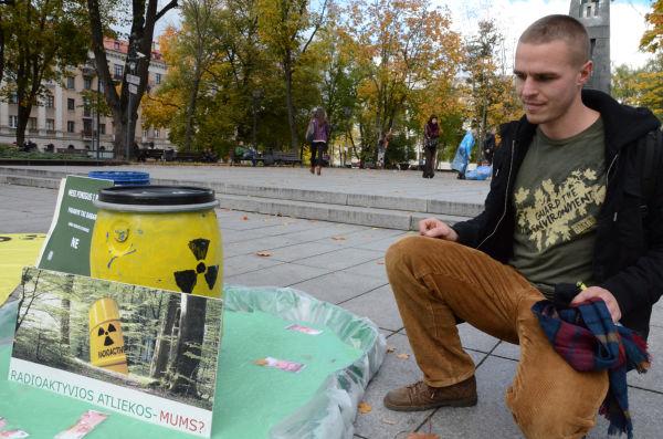 「原発反対」のキャンペーンに足を止めた学生は、核廃棄物の処理に強い懸念と不信感を口にした。=現地時間11日、首都ビリニュス旧市街地。写真:田中撮影=