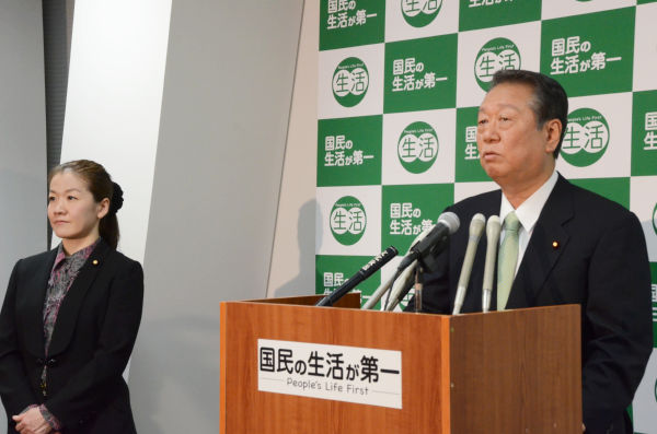定例記者会見に臨む小沢代表。隣は谷亮子議員。=29日夕、「生活」党本部。写真:田中撮影=