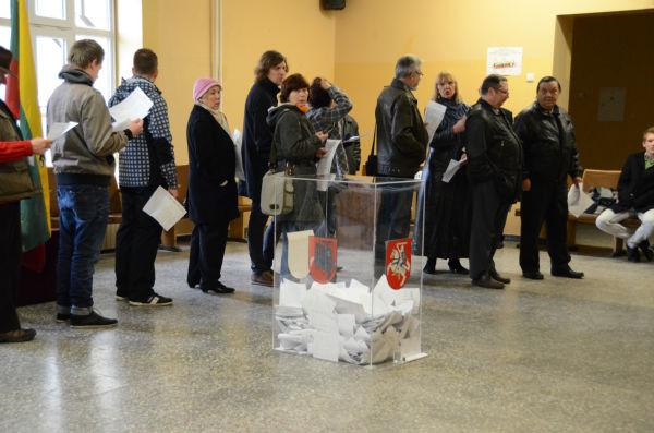 有権者の長い列ができたままだった。日本とは幾分様相が違うようだ。中央の透明なケースが投票箱。=写真:田中撮影=