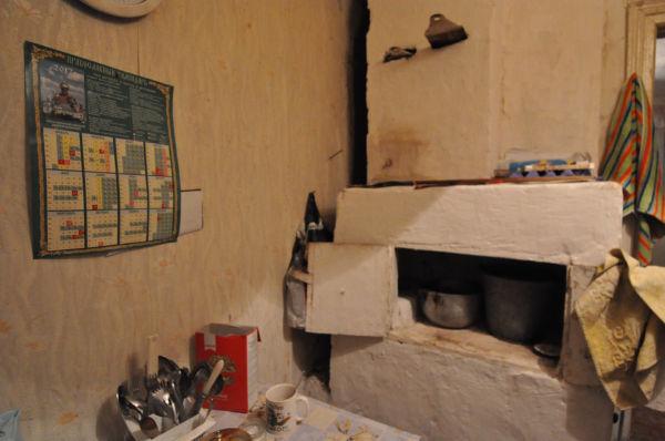 「薪オーブン(正面)」は、暖房器具を兼ねていた。質素な生活がうかがえる。=写真:諏訪撮影=
