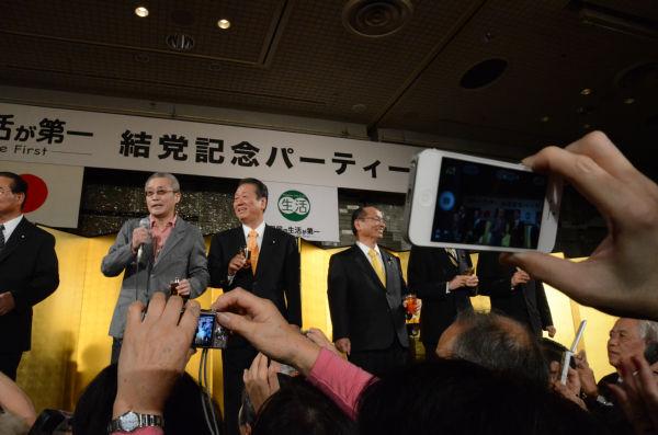 乾杯の音頭をとった評論家の勝谷誠彦氏が会場を沸かせた。=25日夜、ホテルニューオータニ。写真:田中撮影=