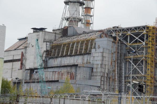 チェルノブイリ原子力発電所4号機。ひび割れや大小の隙間で石棺の劣化が進む。=16日、写真:田中撮影=
