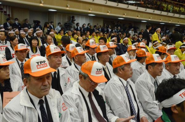 農業生産者が全国各地からTPP阻止のために駆けつけた。=15日午後、平河町。写真:田中撮影=