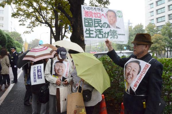 小雨の降るなか無罪判決を待つ小沢氏の支持者。=12日午前10時、東京高裁前。写真:田中撮影=