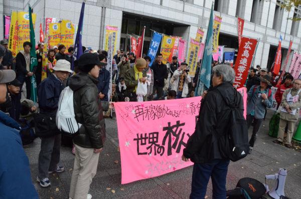 日比谷公園霞門向かい側で集会の自由を訴える反核・市民団体。=11日午後1時、弁護士会館前。写真:田中撮影=