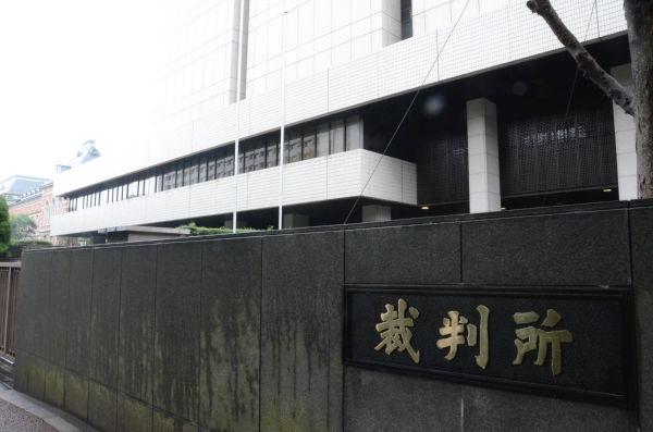 東京高裁。向こうの赤レンガは法務省。=写真:田中撮影=