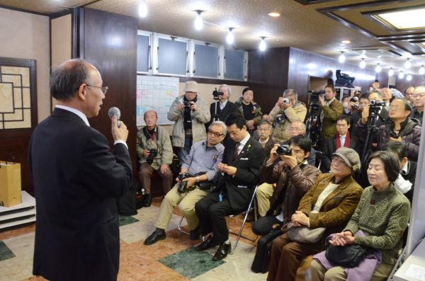 宇都宮氏は支援者たちを前に選挙戦に臨む決意を熱く語った。=写真:田中撮影=
