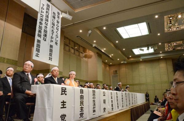 12党はTPPに関する所見の表明を求められた。党内に推進勢力を抱える民・自の表情は曇っていた。写真:田中撮影=