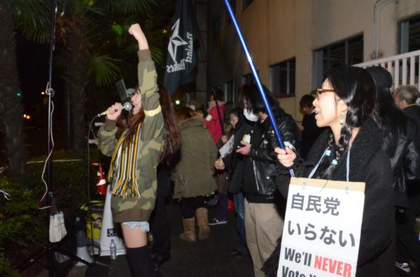 原発を54基も作った自民党に向けられた市民の反発は想像以上のものがあった。=20日夜8時、自民党本部前。写真:田中撮影=
