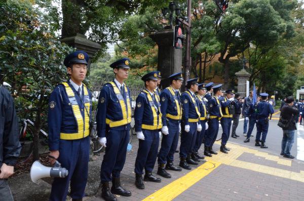デモ隊を入れさせまいとピケを張る警察隊。=11日、午後1時、日比谷公園霞門。写真:田中撮影=