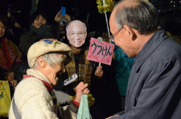 昭和3年生まれの女性(左)は「原発は戦争より悪い」と言い切った。宇都宮氏に「立候補して下さって有難う」としたためた手紙を送ったという。=写真:諏訪撮影=