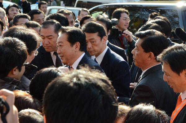 野田首相は聴衆のなかに入ったが、人気は今ひとつだった。=写真:田中撮影=