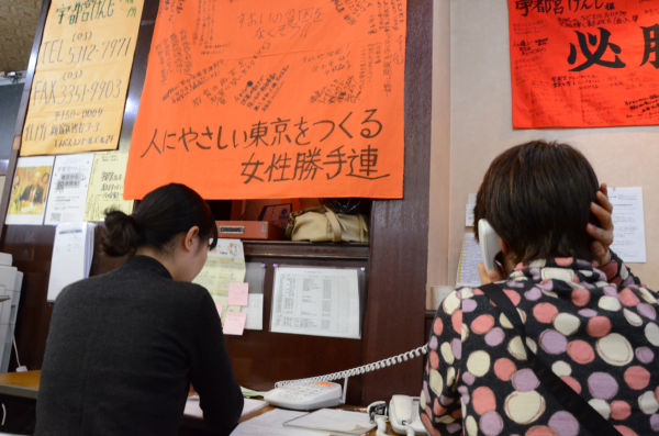 「女性勝手連」がフル回転し、女性票だけでなく男性票の掘り起こしも図る。=28日、宇都宮選挙事務所・四谷。写真:田中撮影=