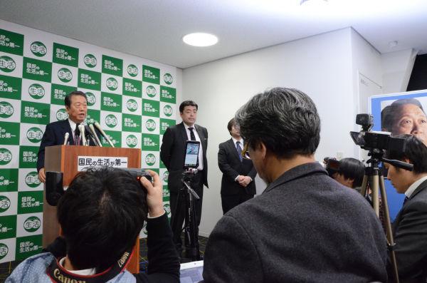 定例記者会見に臨む小沢代表。「合流」をめぐり、いつになく多くのマスコミが詰めかけた。=26日夕、「国民の生活が第一」党本部。写真:田中撮影=