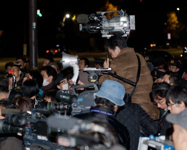 さも当然であるかのように参加者の前に立ちはだかるマスコミのカメラマン。この日は人々の怒りが爆発した。=写真:島崎ろでぃ撮影=