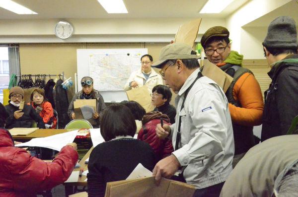 ポスターの到着を待つ選挙事務所。ボランティアが白地図片手に担当を区割りしていた。=4日午前。写真:諏訪撮影=