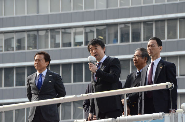 """""""ナントカに刃物"""" 世間知らずのボンボンに政治権力を持たせると、世の中トンデモないことになる。=29日、新宿西口。写真:田中撮影="""