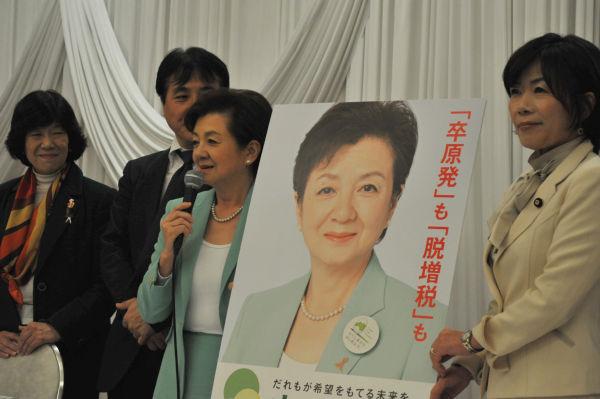 選挙用ポスター発表。淡い緑は自然をイメージしている。手前は森ゆうこ副代表。=1日昼過ぎ、麹町。写真:島崎ろでぃ撮影=