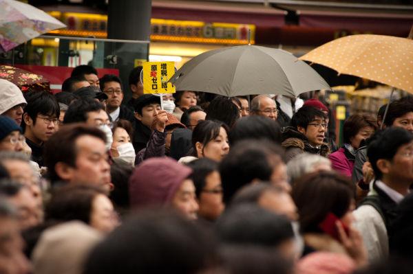 冬の冷たい雨の中にもかかわらず、大勢の有権者が足を止めて耳を傾けた。=写真:島崎ろでぃ撮影=