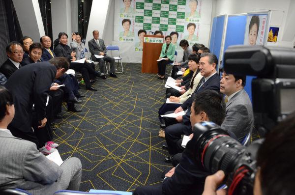 両院議員総会。一番奥、淡い緑のジャケットが嘉田代表。小沢一郎・旧生活代表は欠席した。=24日午後6時頃、未来の党本部・永田町。写真:田中撮影=