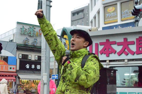 「日本を取り戻すぞ」拳を突き上げる山本太郎候補者。 =4日午前、高円寺駅前。写真:諏訪撮影=