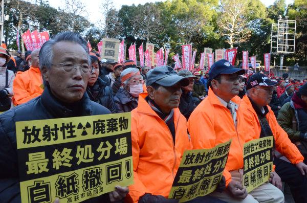 矢板、高萩両市の農民を中心に約1,000人が集結し、白紙撤回を政府に強く求めた。=20日、日比谷野音。写真:田中撮影=