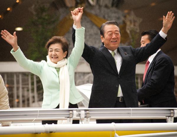 選挙戦最終日、一緒に遊説する両氏。劇的な結末を誰が予想しただろうか?=15日、東京有楽町。写真:島崎ろでぃ撮影=