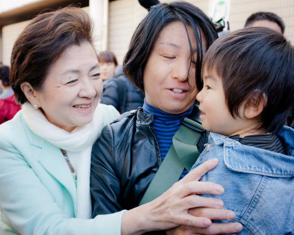 2児(6歳と2歳半)の母親は、習志野市(隣の選挙区)から嘉田代表の演説を聞きに来た。=写真:島崎ろでぃ撮影=