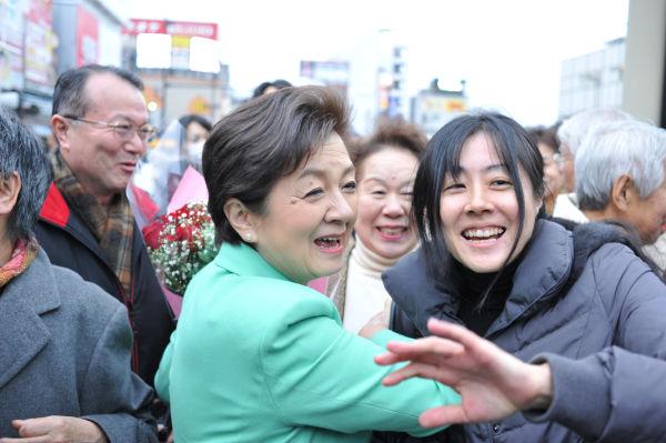 未来の党を歓迎する有権者からもみくちゃにされる嘉田代表。=1日午後、大宮駅前。写真:島崎ろでぃ撮影=