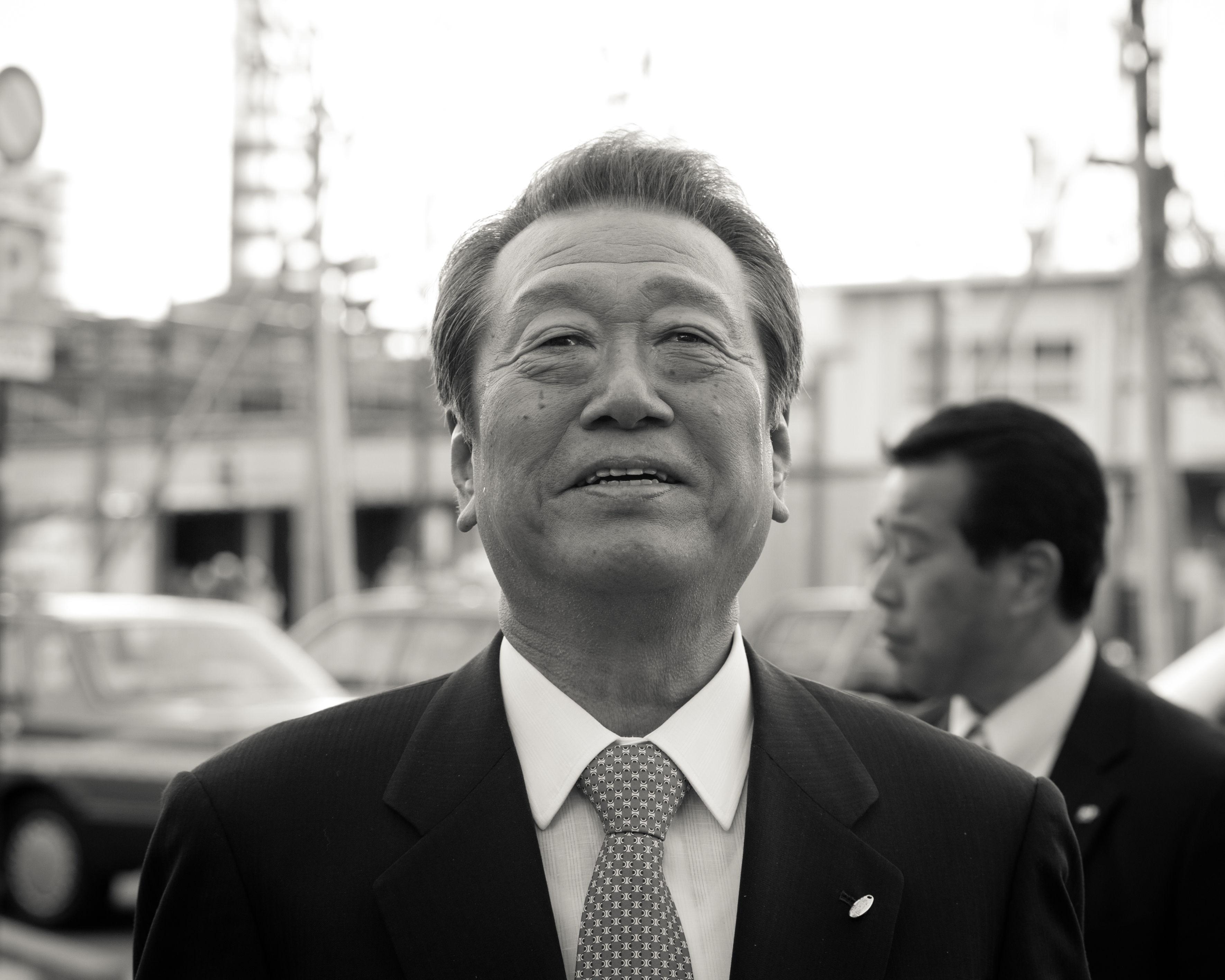 久々の街頭演説を終え感無量なのか。小沢氏の頬には一筋の光るものがあった。=写真:島崎ろでぃ撮影=