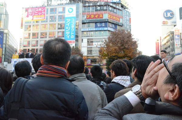 野田首相に向けてヤジを飛ばす男性(右端)。=7日、渋谷ハチ公前。写真:諏訪撮影=