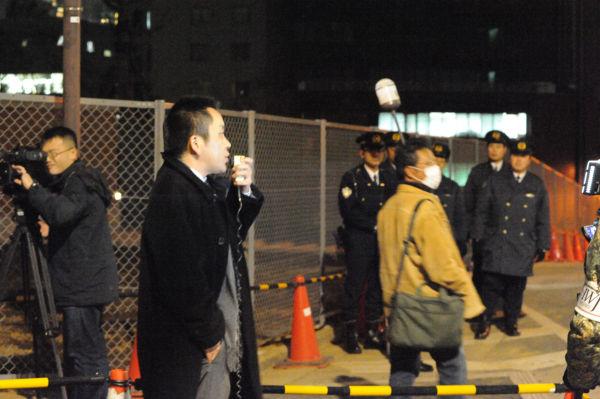 警察官に囲まれながら脱原発のスピーチをするノイホイ氏。後ろ(写真左側)にも制服・私服の警察官がゾロゾロついた。=写真:島崎ろでぃ撮影=